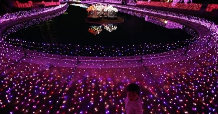 8nov2014---uma-crianca-anda-em-volta-de-iluminacao-de-natal-em-parque-de-diversoes-em-toquio-japao-a-decoracao-usa-tres-milhoes-luzes-para-compor-a-decoracao-Tóquio