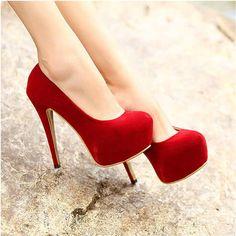 sapatos altos vermelhos